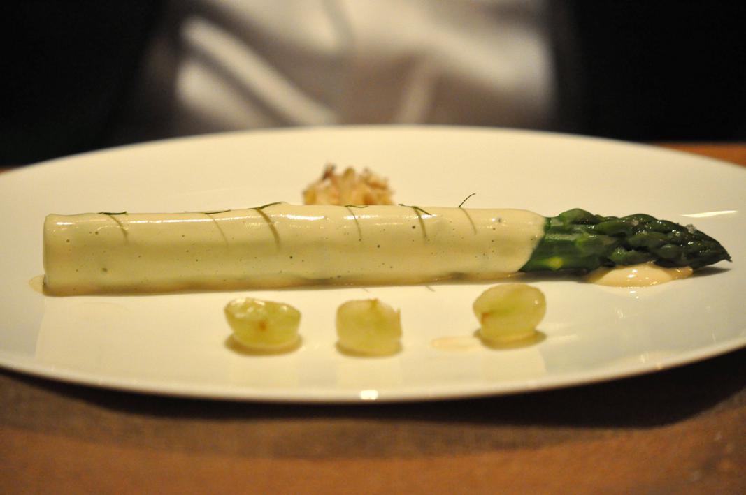 Asparago con salsa al Ranfio, noci e uva marinata al Verjus: Michel Troisgros, Maison Troisgros, Passione Gourmet