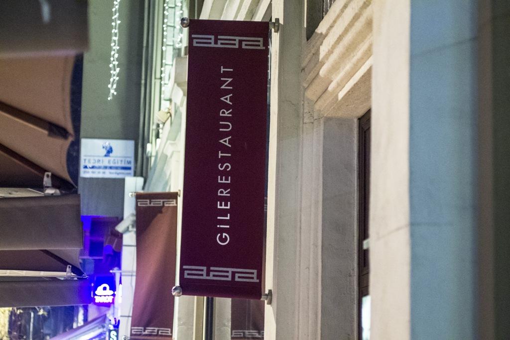 insegna, Gile Restaurant, Chef Cihan Kıpçak e Üryan Doğmuş, Istanbul