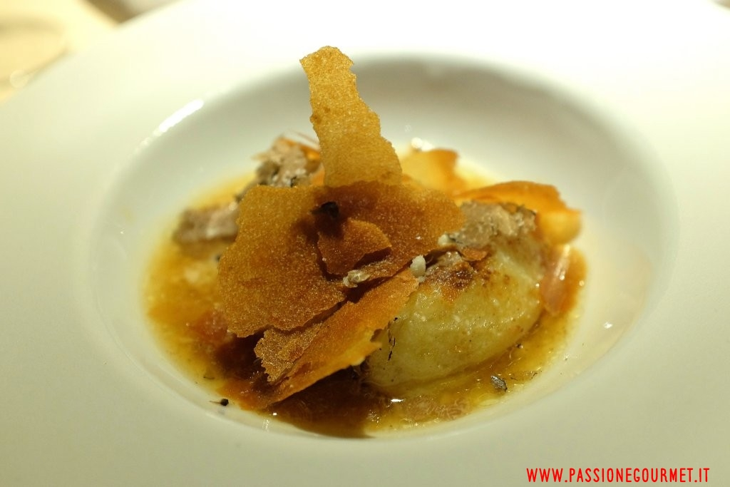 Le Calandre: Gnocchi di patate e topinambur con spremuta di pastinaca e tartufo bianco