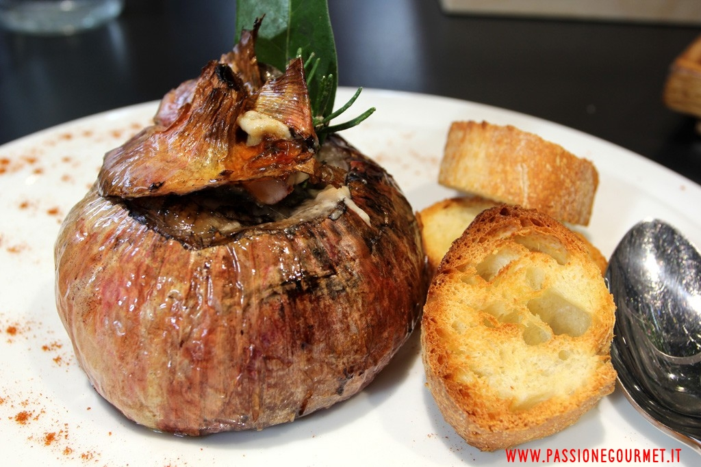 Degusta: cipolla ramata di Montoro con fonduta di formaggio.