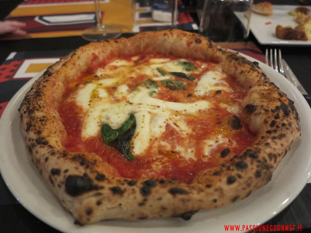 Pizzeria P: pizza pomodoro San Marzano, parmigiano di montagna, Fior d'Agerola, olio e basilico