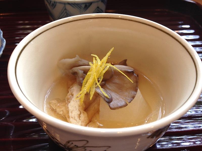 brodo di funghi e kabu, Soba Ryuheisoba, Kyoto, Giappone