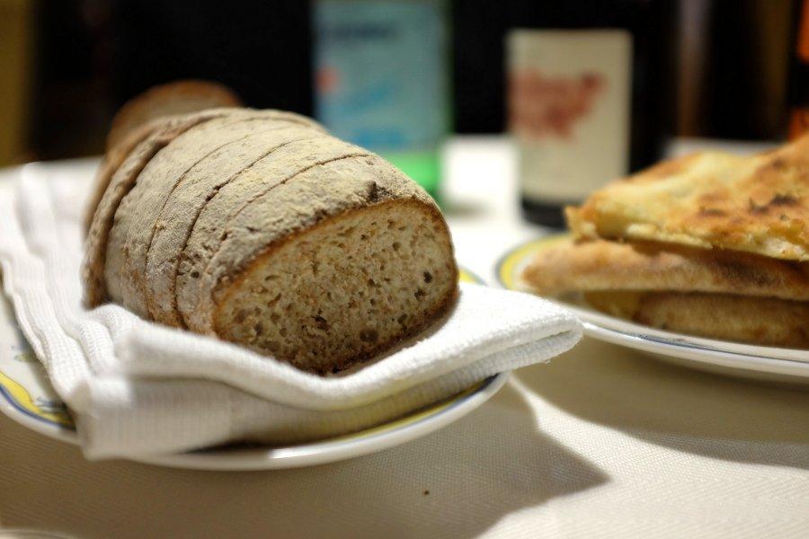 un pane cotto nel forno a legna, Caravanserraglio, Chef Francesco Cassarino, Ragusa