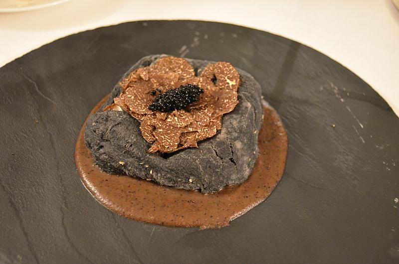 pizza in black, Locanda Severino, Chef Lombardo, Caggiano, Salerno