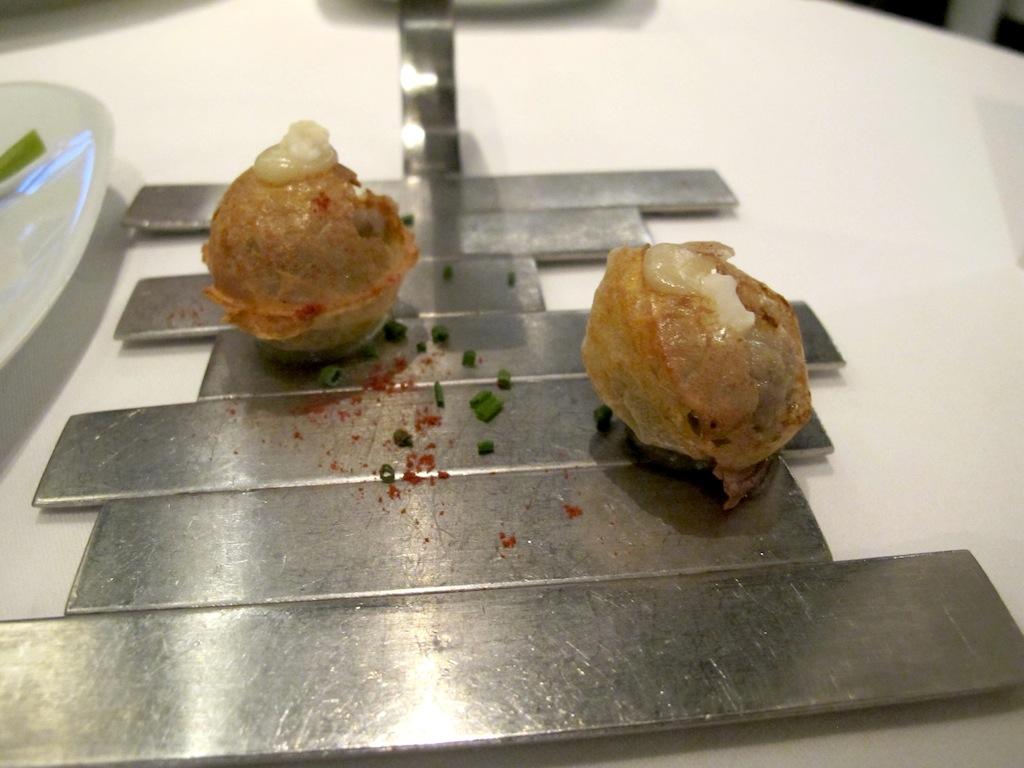 Croccante di sardina con peperoncino,k Arzak, Chef Juan Mari e Elena Arzak, San Sebastian, Spagna