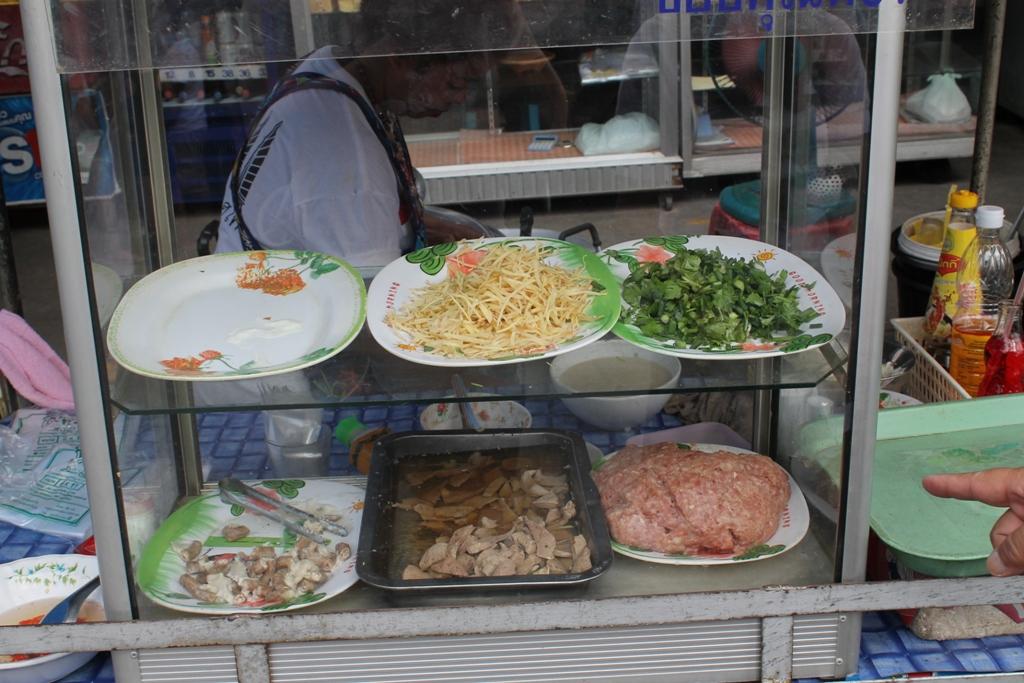 zucca di cocco e pad thai, Thai Street Food, Thailandia, Bangkok