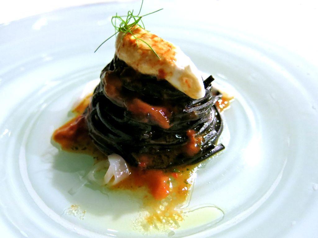 spaghetti freschi neri con ricci e ricotta, Locanda di Don Serafino, Chef Vincenzo Candiano, Ragusa Ibla