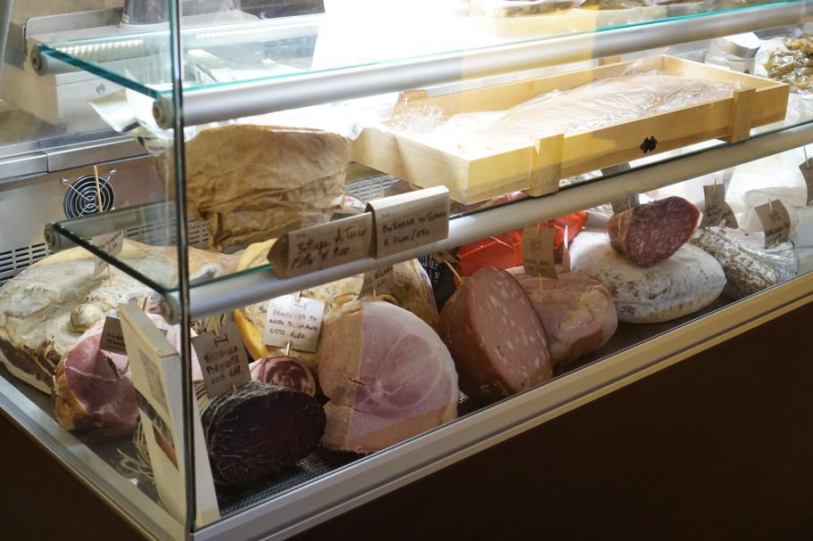 vetrine di salumi e formaggi, I Banchi, Chef Giuseppe Cannistrà, Ciccio Sultano, Ragusa Ibla