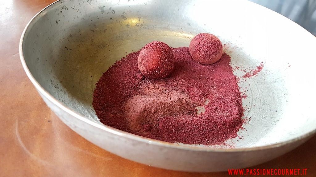 La Grenouillere: Uovo di quaglia in polvere di barbabietola